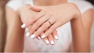 Скидки до 65% на маникюр и педикюр с покрытием ногтей лаком или гель-лаком с дизайн ногтей и массажем рук!