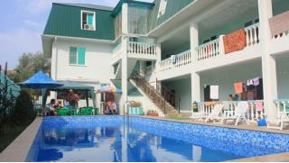 На море! Отдых для одного, двоих или троих с заездами по сентябрь в отеле «Максим» на Черном море в Новомихайловском! Скидка 52%!