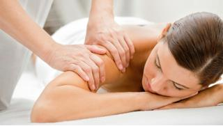 Лечебный массаж! 3 или 5 сеансов лечебного массажа спины и обследование со скидкой до 83%!