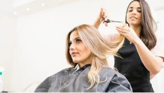 Модельная стрижка горячими ножницами, окрашивание волос в один тон или классическая химическая завивка в Парикмахерской № 5